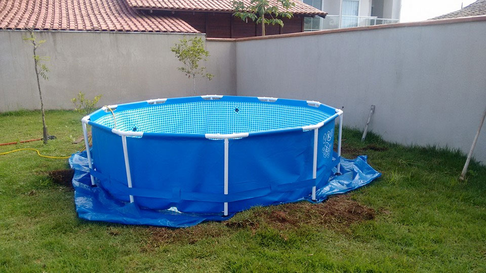 How to Build a Swimming Pool Deck out of Wooden Palettes